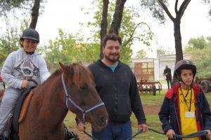 ¡Juntos… a caballo… es más divertido!